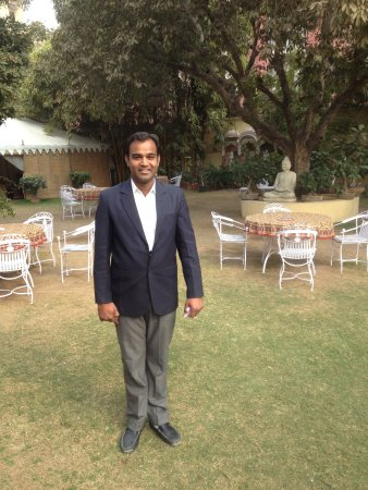 Hotel Anuraag Villa: the very kind manager in the garden area