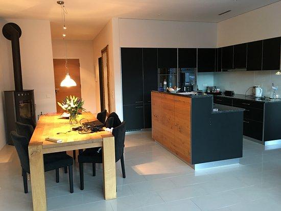 Hotel Saratz: kitchen and dining table punt ota 6