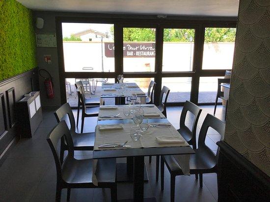 Quinsac, France : La salle du restaurant