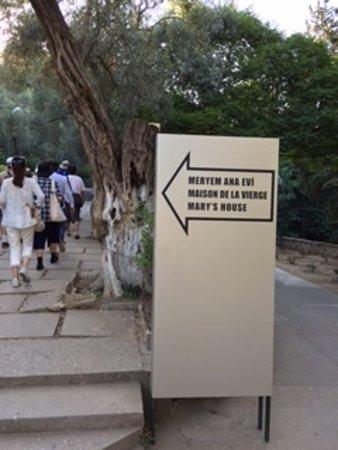 Meryemana (The Virgin Mary's House): 入口の案内矢印。