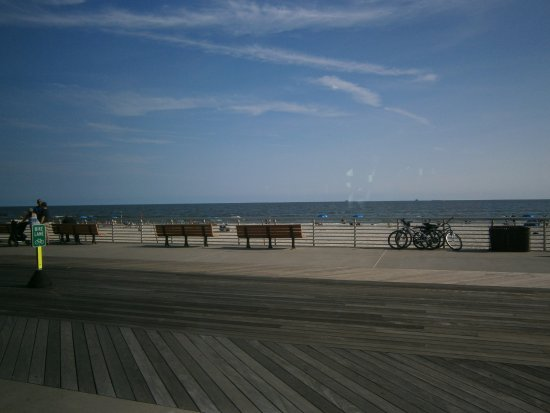 Long Beach, Нью-Йорк: Beautiful, long ,boardwalk, with many benches for relaxing!