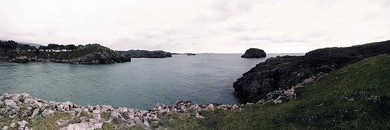 Celorio, Spain: Vistas del camping y de la playa desde la ruta hacia las cuevas de la península de Borizu