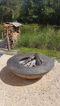 Zweisimmen, Suiza: Feuerstelle auf dem Inseli