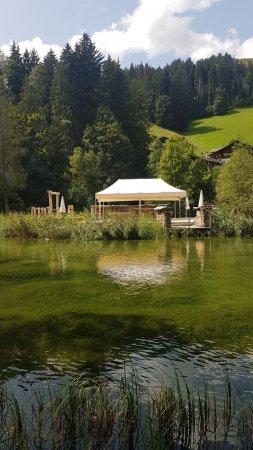 Zweisimmen, Zwitserland: Auf dem Spaziergang um den See.