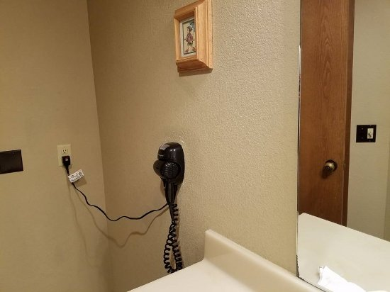 The Coachman Inn & Suites : Note the one and only outlet and how far it is from the sink.
