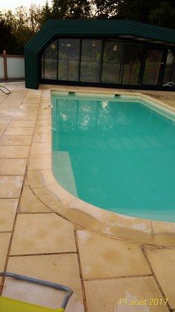 Trelissac, France: piscine tres salle ne fais pas du tout rêver croyé moi !
