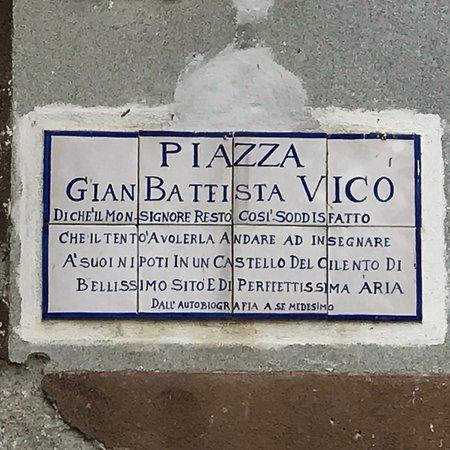Vatolla, Italia: La piazza del Castello