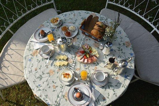 Hotel Harrida: Ein Frühstück im Garten