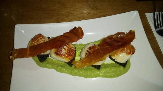 The Shore at Carronshore: Scallops with black pudding, parma ham & pea puree starter