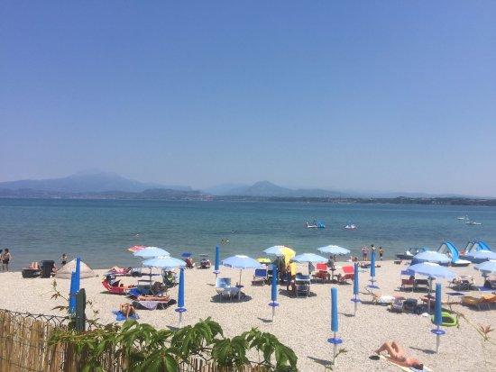 Peschiera del Garda, Italia: Gezellig kiezelstrand