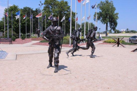 Columbus, NE: Memorial Statues