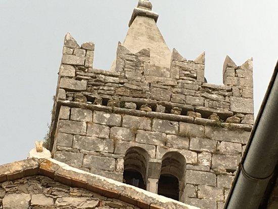 Roc, Hırvatistan: Hum Konoba, Заяц на коньке соседней крыши - автограф кровельщика