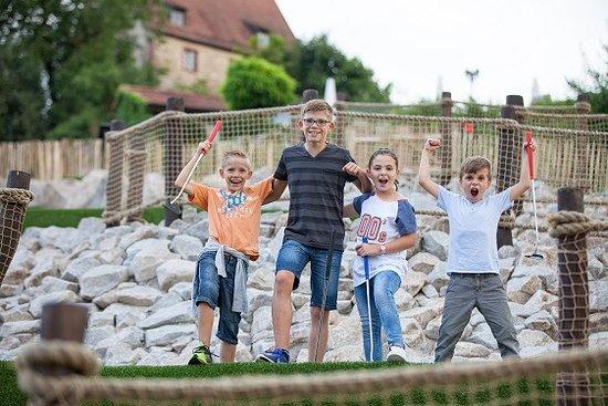 Wiesloch, Tyskland: Kinder vor der Historischen Burg