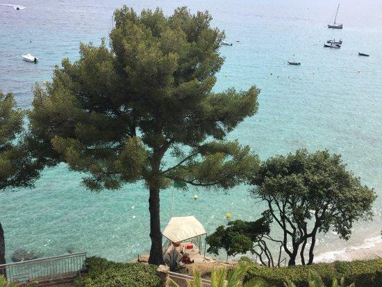 Rayol-Canadel-sur-Mer, France: Spiaggia davanti all'hotel