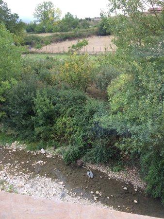Arbizu, España: Champs avec moutons et autoroute juste derrière