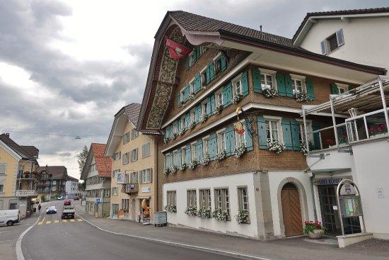 Entlebuch, Suíça: Les chambres donnent sur une route très fréquentée !
