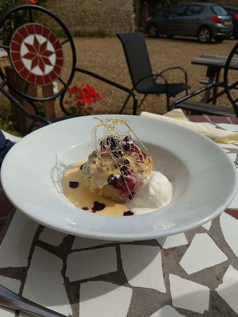 Stretton, UK: Locally sourced berry and apple dessert.