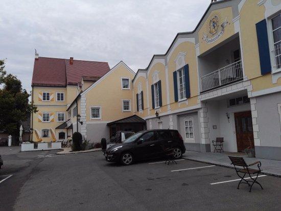 Finningen, Duitsland: de parkeer plaats van het hotel