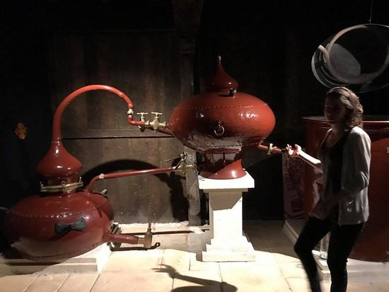 Cognac, Prancis: Learning the distilling practice.
