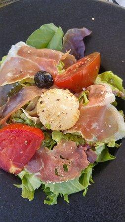 Moissac, France: Entrée Salade Une noix de Saint Jacques !