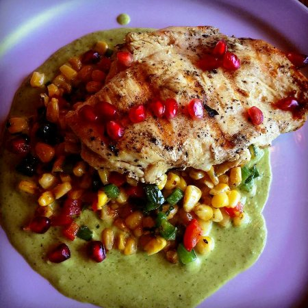 Las Vegas, Nuevo Mexico: Grilled chicken over a bed of mixed veggies and poblano sauce