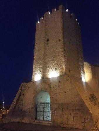 Formia, Ιταλία: La torre vista dalla piazza
