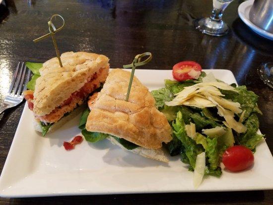 Chadds Ford, Pensilvania: Salmon sandwich with Caesar salad