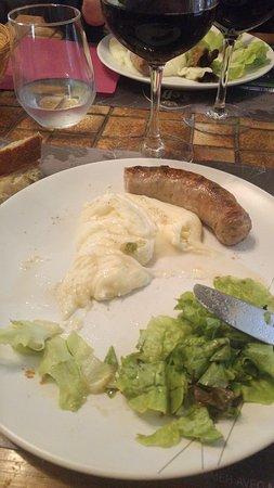 Najac, Frankrike: Trop bon ! plat en cour de dégustation ! Aligot Saucisse