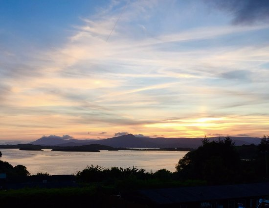 Edencrest Bed and Breakfast: Sunset shot from our room on the 2nd floor looking out across Bantry Bay.