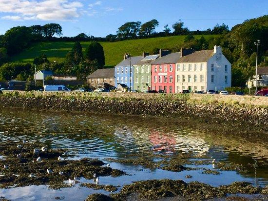 Μπάντρι, Ιρλανδία: We enjoyed the town of Bantry. Here are four colorful building in town in the evening sun.