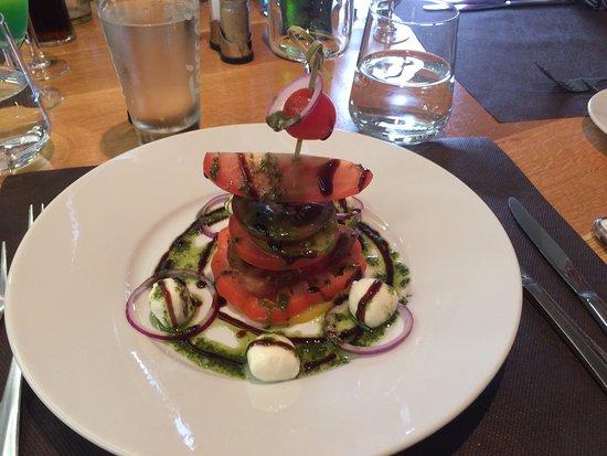 Andouille, França: Tomato, mozzarella and pesto salad