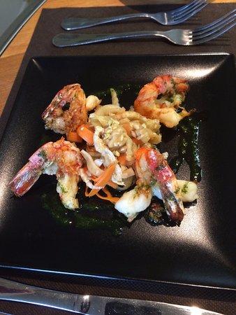 Andouille, França: Spicy prawns with side salad