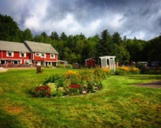 Mendon, Вермонт: Looking up at the inn.