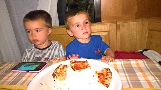 """Cesuna, Italie : Davide e Mattia divorano la pizza """"della Pia""""!!"""