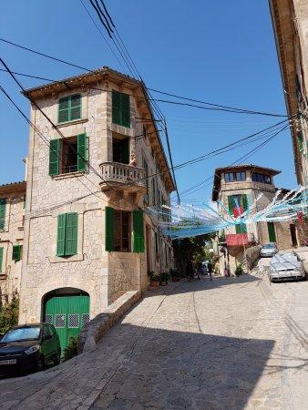 Es Petit Hotel de Valldemossa: Balcony in bedroom 3 and quiet road in front of the hotel