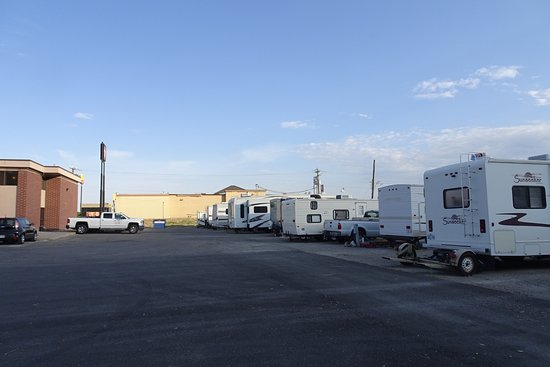 Oquirrh Mountain Inn : RV parking behind the motel - 10 sites