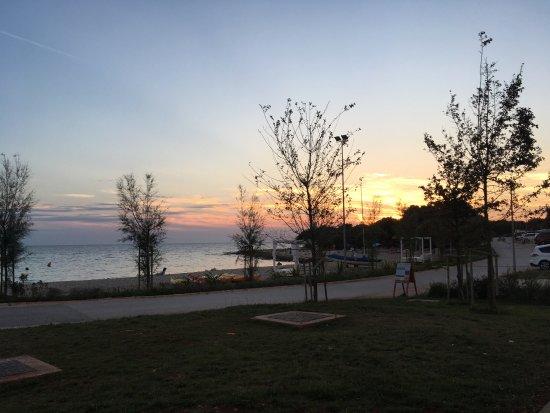 Bale, Hırvatistan: Wir waren für 5 Tage in Colona in einen Mobile Home Deluxe Plus. Tolle Lage und super große Terr