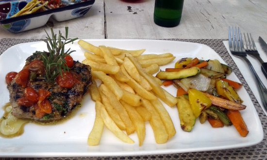 500 Gramos Grill: Filet Mignon with French Fries and Roasted Vegetables