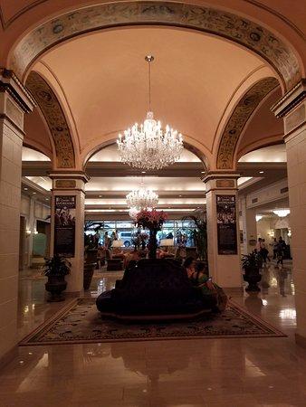 Omni Shoreham Hotel: Lobby--chandeliers are fabulous