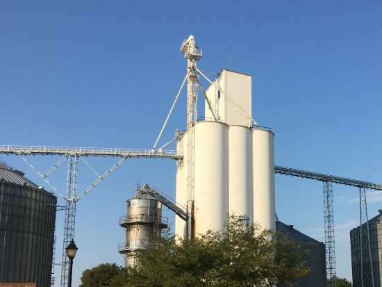Starved Rock State Park: Grain storage in Utica! Again! Small town with a lot going on! Have lunch at Duffey's tavern
