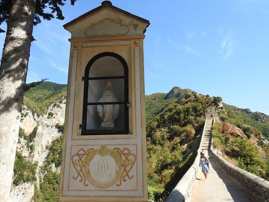 Moulinet, France : Statua votiva all'inizio del percorso fino alla cappelletta