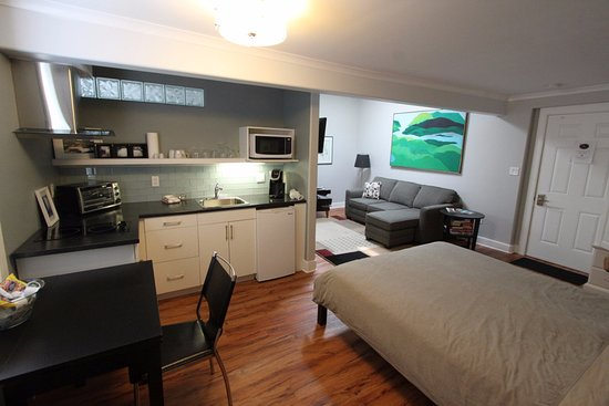 Merrickville Guest Suites: Sunrise Suite