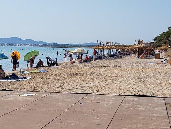 Grupotel Alcudia Suite: Пляж. 10 утра, поэтому народу еще очень мало. После 11 уже довольно тяжело найти свободное месте