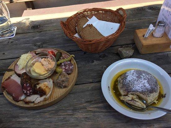 Bad Sankt Leonhard im Lavanttal, ออสเตรีย: typické rakouské občerstvení v místní boudičce