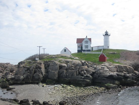 Cape Neddick Nubble Lighthouse: Beautiful late Spring day at low tide