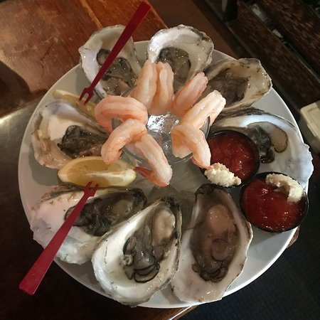 King Eider's Pub and Restaurant: Kings Selection, Oysters and shrimp