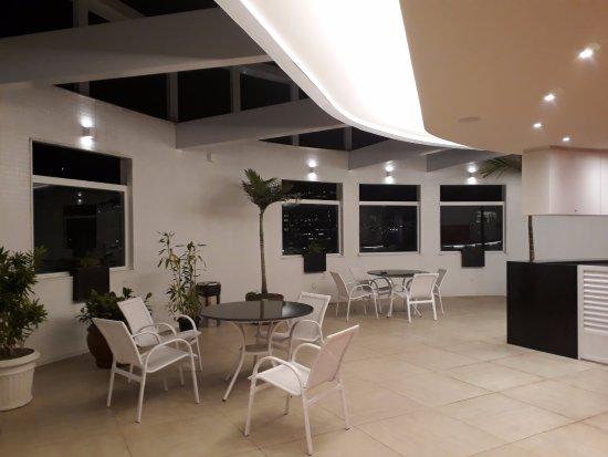 Rios Presidente Hotel: Área do bar, com mesas e cadeiras.