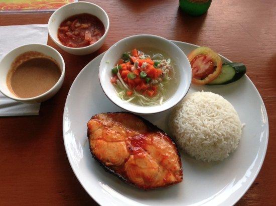 Padangbai, Indonesia: Barracuda BBQ with rice and sauces