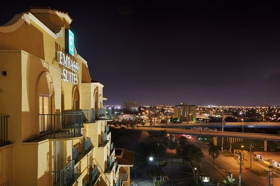 Miami Springs, FL: Night Skyline Embassy Suites Miami - International Airport