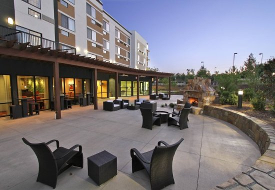 Courtyard Raleigh North/Triangle Town Center: Outdoor Terrace